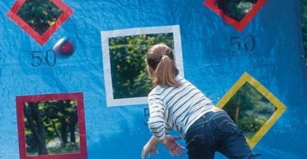 Kasta boll i mål - kul aktivitet för barn